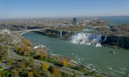 尼亚加拉瀑布,加拿大- 2016年11月13日:彩虹桥梁conne 免版税库存图片