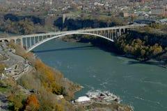 尼亚加拉瀑布,加拿大- 2016年11月13日:彩虹桥梁conne 免版税库存照片