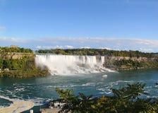尼亚加拉秋天马掌 安大略 加拿大 在蓝天和白色的美丽的瀑布覆盖背景 图库摄影