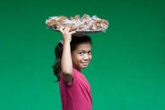 年轻尼加拉瓜的在het头的女孩运载的食物 库存图片