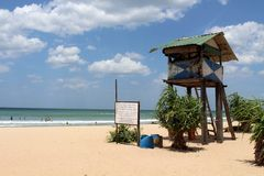 尼勒韦利海滩救生员棚子在亭可马里 库存照片