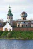 尼古拉斯Wonderworker ` s大教堂和belltower在多云10月下午的Nikolsky老拉多加修道院里 俄国 免版税库存图片