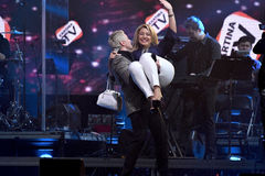 尼古拉Baskov推力在手上的抽奖优胜者妇女在维克托Drobysh第50个年生日音乐会期间在巴克来中心 免版税库存照片