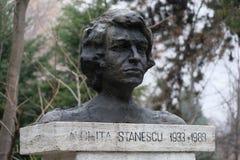 尼基塔Stanescu、罗马尼亚诗人和小品文作家, Nicolae Iorga公园,布加勒斯特古铜色胸象  免版税库存照片