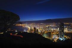 贝尼多姆市全景在晚上,著名西班牙手段 免版税库存图片