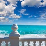 贝尼多姆balcon从白色楼梯栏杆的del Mediterraneo海 库存图片
