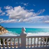 贝尼多姆balcon从白色楼梯栏杆的del Mediterraneo海 免版税图库摄影