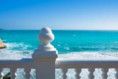 贝尼多姆balcon从白色楼梯栏杆的del Mediterraneo海 图库摄影