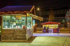 尼奥尔,法国- 2017年12月05日:工匠` s首饰与圣诞节的照明的设计师村庄在大广场 免版税库存照片