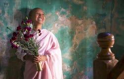 年轻尼姑在一个修道院里在曼德勒 图库摄影