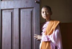年轻尼姑在一个修道院里在曼德勒 库存照片