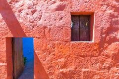 尼姑的住宅的门和窗口 免版税库存图片