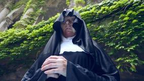 尼姑的鬼魂通过一个老修道院的废墟走 4 K 慢动作射击 股票录像