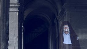 尼姑的鬼魂通过一个老修道院的废墟走 4 K 慢动作射击 影视素材