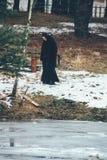 尼姑站立下个池塘 免版税图库摄影