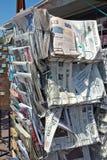 尼斯城市-在销售中的报纸在报摊 库存照片