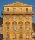 尼斯城市-在Cours Saleya的老大厦 库存照片