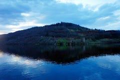 尼斯湖在与Urquhart城堡的晚上 免版税库存图片