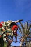 尼斯狂欢节,花`争斗 一位舞蹈家 免版税图库摄影