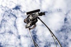 尼斯狂欢节,花`争斗 商人衣服的一名杂技演员走在天空的 库存图片