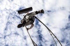 尼斯狂欢节,花`争斗 商人衣服的一名杂技演员走在天空的 免版税库存照片