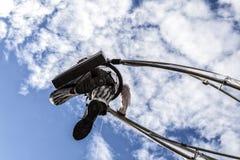 尼斯狂欢节,花`争斗 商人衣服的一名杂技演员走在天空的 库存照片