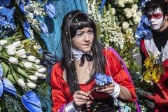 尼斯狂欢节,花`争斗 有一朵蓝色花的少妇 免版税库存图片
