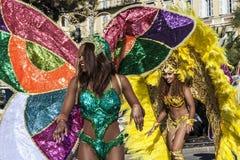 尼斯狂欢节,花`争斗 桑巴舞蹈家 库存图片
