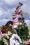 尼斯狂欢节,花`争斗 这是里维埃拉的主要冬天活动 旗手 免版税库存照片