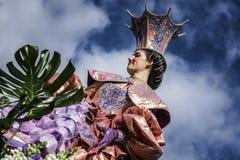 尼斯狂欢节,花`争斗 这是里维埃拉的主要冬天活动 旗手 免版税库存图片