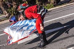 尼斯狂欢节,花`争斗 这是里维埃拉的主要冬天活动 旗手 库存照片