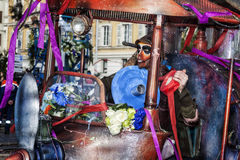 尼斯狂欢节,花`争斗 面具和一个特别机器 库存图片