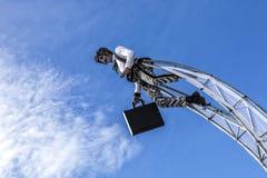 尼斯著名狂欢节,花`争斗 在清楚的蓝天的云彩与商人衣服的一名杂技演员 免版税图库摄影