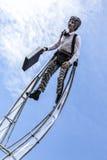 尼斯著名狂欢节,花`争斗 在清楚的蓝天的云彩与商人衣服的一名杂技演员 免版税库存照片