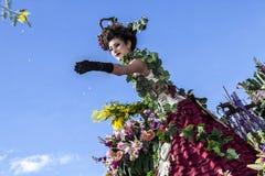 尼斯著名狂欢节,花`争斗 妇女艺人发射含羞草 库存图片