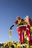 尼斯著名狂欢节,花`争斗 妇女艺人发射含羞草 图库摄影