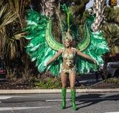 尼斯著名狂欢节,花`争斗 桑巴舞蹈家 图库摄影