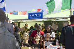 尼日利亚学生提出他们的全国传统并且开化 免版税库存照片