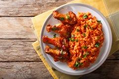 尼日利亚食物党:与紧密炸鸡翼的Jollof米 免版税图库摄影