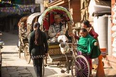 尼泊尔人力车在城市的历史的中心, 2013年11月28日在加德满都,尼泊尔 免版税库存图片