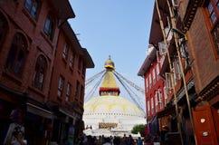 尼泊尔人和外国人旅行Boudhanath寺庙为祈祷 图库摄影