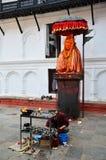 尼泊尔人民祈祷与Hanuman雕象在Basantapur Durbar广场 库存图片