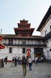 尼泊尔和外国人人在Hanuman Dhoka旅行 库存图片