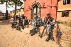 尼泊尔士兵在公立学校附近武装警察,在加德满都,尼泊尔 免版税图库摄影