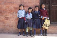 尼泊尔女小学生 免版税图库摄影