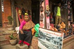 尼泊尔妇女在他的瓦器车间 免版税库存照片