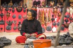 尼泊尔妇女在他的瓦器车间 免版税库存图片