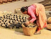 尼泊尔妇女烘干黏土花瓶 Bhaktapur, 4月03日的尼泊尔, 库存图片