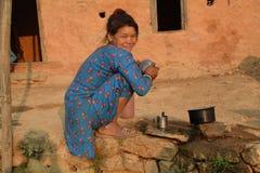 尼泊尔妇女洗涤的罐 免版税库存图片