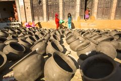 尼泊尔孩子在他的瓦器车间 免版税库存图片